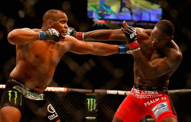 Comier (esq.) e Johnson (dir.) fazem luta principal do UFC 210. Foto: Josh Hedges