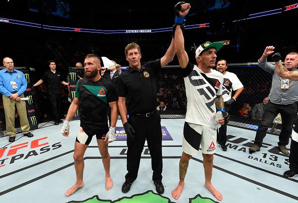 R. Moicano (dir) tem seu braço erguido contra J. Stephens (esq) (Foto: Josh Hedges/UFC)