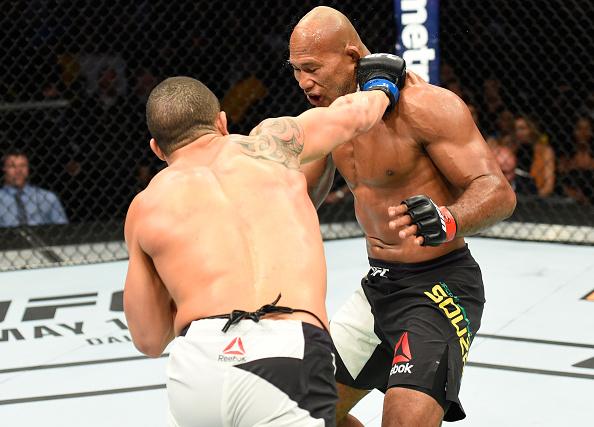 R. Jacaré (dir) perdeu para R. Whittaker (esq) (Foto: Josh Hedges/UFC)