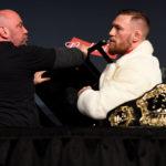 D. White (esq) quer grande parte da bolsa de C. McGregor para liberá-lo (Foto: Jeff Bottari/UFC)