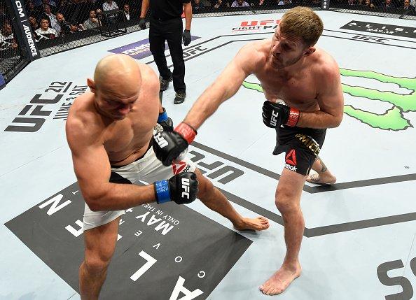 S. Miocic (dir) não perdoou J. Cigano (esq) (Foto: Reprodução/Twitter UFC Brasil)