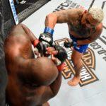 Hunt (dir.) bateu Lewis no UFC Auckland. Foto: Reprodução Twitter/UFC