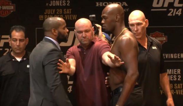 D. Cormier (esq) e J. Jones (dir) lutam no UFC 214 (Foto: Reprodução Youtube UFC)