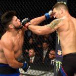 C. Weidman (dir) e K. Gastelum (esq) trocam golpes duros (Foto: Reprodução Facebook UFC)