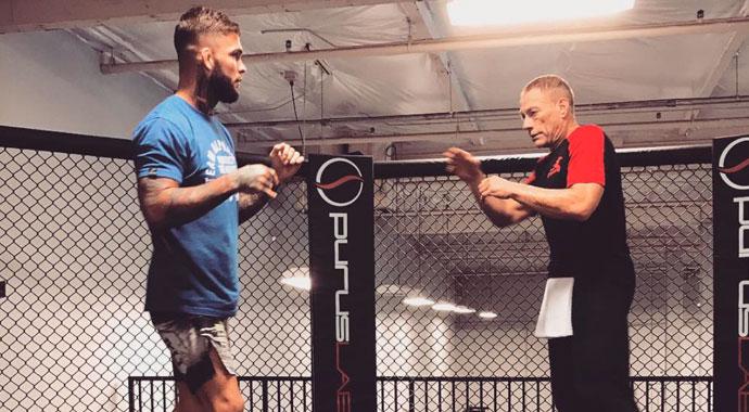 Van Damme (dir.) e Garbrandt (esq.) durante uma sessão de treinos. Foto: Reprodução / Twitter