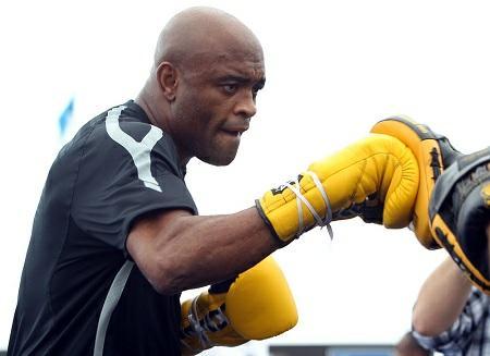 A. Silva (foto) prometeu devolver o nocaute a C.Weidman. Foto: Josh Hedges/UFC