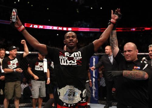 Jon Jones mantem cinturão do UFC ao finalizar Quinton Rampage Jackson. Foto: Josh Hedges