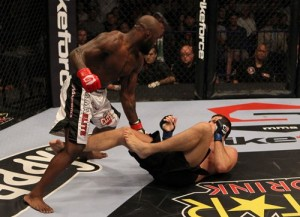 King Mo nocauteia Roger Gracie 2 300x217 Pezão é nocauteado e deixa GP do Strikeforce