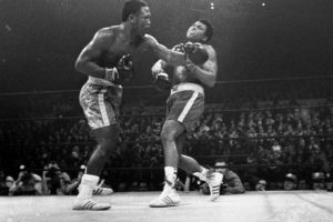 "Joe Frazier (esq.) na ""luta do século"" contra Muhammad Ali. Foto: AP"
