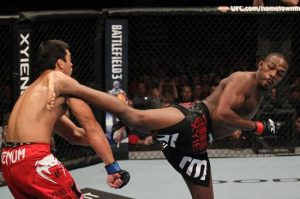 12 Jones Machida 07 300x199 UFC 140: Jones finaliza Lyoto e Mir quebra braço de Minotauro