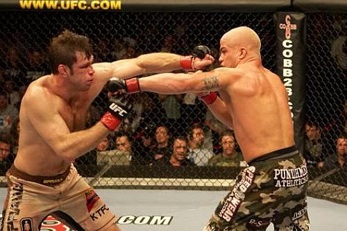 Forrest Griffin (esq.) e Tito Ortiz (dir.) fecham trilogia no UFC 148. Foto: Josh Hedges