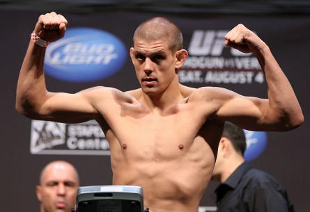 J.Lauzon (foto) vem de duas derrotas consecutivas. Foto: Josh Hedges/UFC