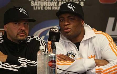 Ed Soares (esq.) ao lado de A. Silva (dir.); agente ainda vê Spider como o melhor. Foto: Josh Hedges/UFC
