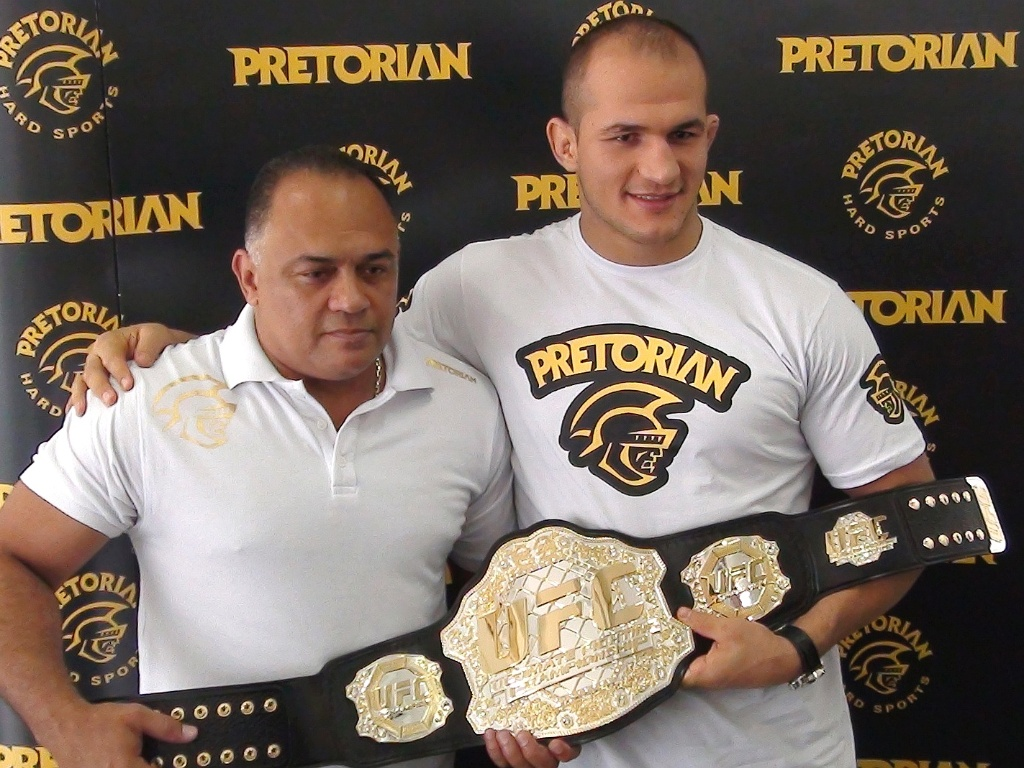 Dorea (esq.) ao lado de Cigano com o cinturão do UFC. Foto: Divulgação