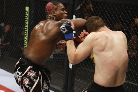 Lorenz Larkin (esq.) estreia no UFC em abril. Foto: Esther Lin / STRIKEFORCE