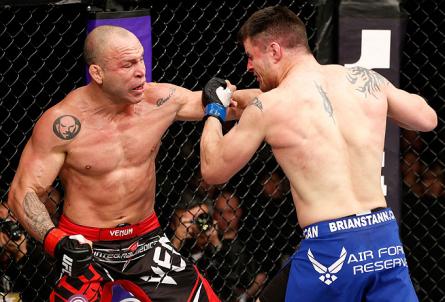 W. Silva (esq.) e B. Stann (dir.) fizeram o combate mais comentado do UFC Japão. Foto: Josh Hedges/UFC