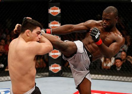 U. Hall (dir.) tenta um chute alto contra K. Gastelum (esq.) no TUF 17 Finale. Foto: Josh Hedges/UFC