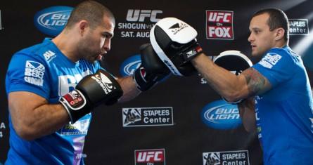 M. Shogun (esq.) treina com A. Dida (dir.). Foto: Josh Hedges / UFC