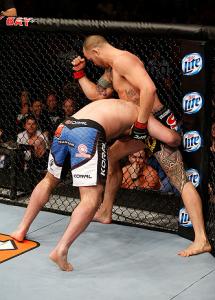 Browne (dir.) acerta cotoveladas na nuca de Napão (esq.). Foto: Josh Hedges/UFC