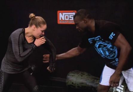 Ronda Rousey (esq.) treina com Uriah Hall (dir.) no TUF 17. Foto: YouTube/Reprodução