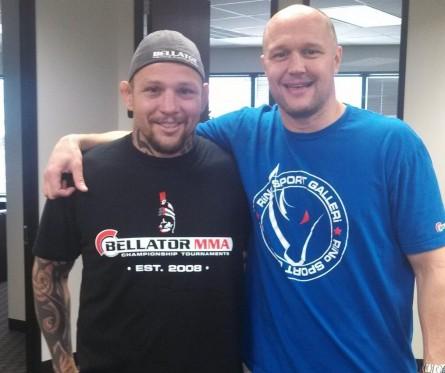 Babalu (esq.) posa ao lado de Bjorn Rebney, presidente do Bellator. Foto: Twitter/Reprodução
