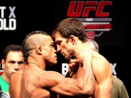 Belfort (esq.) encara Rockhold (dir). Foto: Wander Braga/UFC