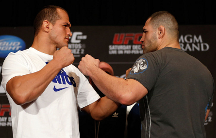 J. Cigano (esq.) e C. Velasquez (dir.) vão se encarar pela terceira vez no UFC 166. Foto: Josh Hedges/UFC