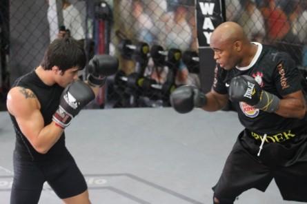 Erick (esq.) e Anderson (dir.) afiam boxe na Team Nogueira