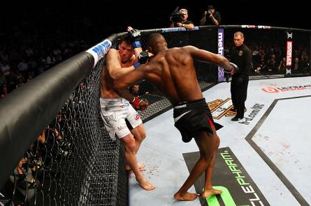 J. Jones (dir.) atinge C. Sonnen (esq.) na luta principal do UFC 159. Foto: Josh Hedges/UFC