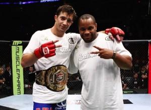 L. Rockhold (esq.) recebeu conselhos de D. Cormier para estreia no UFC. Foto: Esther Lin / Strikeforce