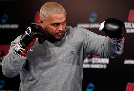 M. Hunt sofreu fratura, mas seguiu no combate até ser nocauteado no terceiro round. Foto: Josh Hedges/UFC