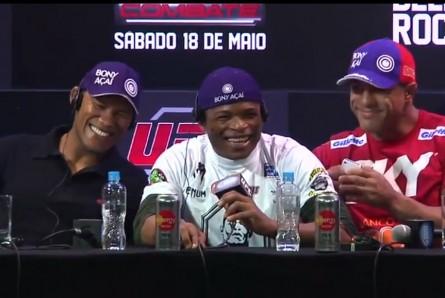 R. Jacaré (esq.) e V. Belfort (dir.) se divertem com resposta de Massaranduba. Foto: YouTube/Reprodução