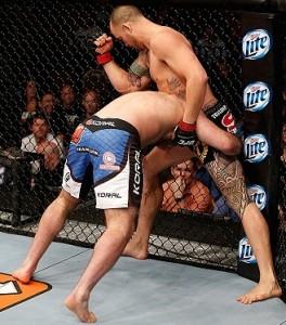 T. Browne desfere uma série de cotoveladas em G. Napão no TUF 17 Finale. Foto: Josh Hedges/UFC