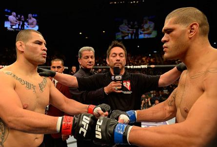 C. Velasquez (esq.) e A. Pezão (dir.) fizeram a luta principal do UFC 160. Foto: Josh Hedges/UFC
