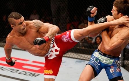 Belfort (esq.) acerta o espetacular chute rodado em Rockhold. Foto: UFC