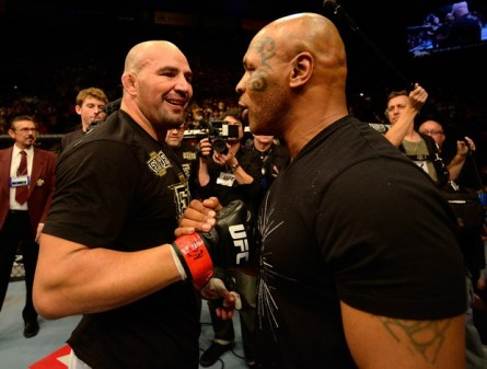 Glover recebeu os cumprimentos de Mike Tyson após vencer James Te Huna no UFC 160. Foto: Donald Miralle/Zuffa LLC