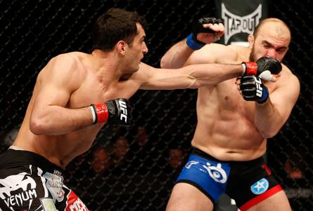 Gegard Mousasi (esq.) acerta Ilir Latifi em sua estreia no UFC. Foto: Josh Hedges/UFC
