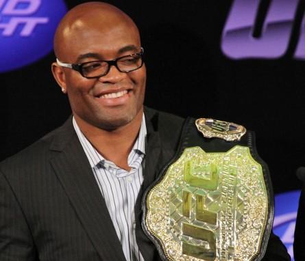 A. Silva (foto) estendeu seu vínculo com o UFC por mais dez lutas. Foto: Josh Hedges/UFC
