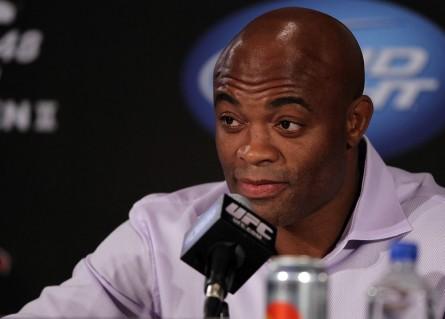 A.Silva (foto) é o mais novo desafeto do polêmico Floyd Mayweather Jr. Foto: Josh Hedges/UFC