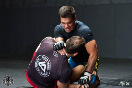 L.Machida (de frente) treina jiu-jitsu para encarar Phil Davis no Rio. Foto: Twitter/Reprodução