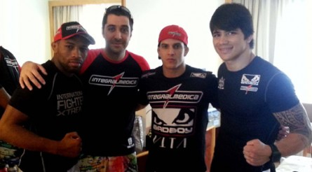 Buscape (esq.) ao lado do técnico Diêgo Lima, F. Sertanejo e E. Silva
