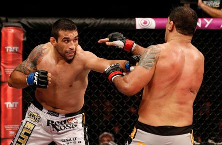 F. Werdum (esq.) e R. Minotauro (dir.) fizerm a luta principal do TUF Brasil 2 Finale. Foto: Josh Hedges/UFC