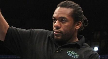 O veterano árbitro Herb Dean será o terceiro homem no octógono na luta principal do UFC 175. Foto: UFC/Divulgação