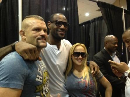 LeBron James (centro) já esteve em outros eventos do UFC anteriormente. Foto: Twitter/Reprodução