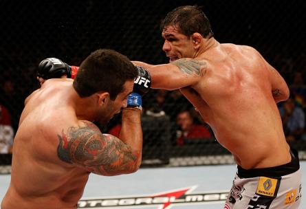 R. Minotauro (dir.) acabou finalizado por F. Werdum (esq.) no TUF Brasil 2 Finale. Foto: Josh Hedges/UFC