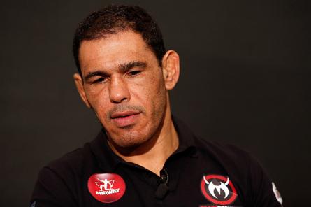 R.Minotouro (foto) alfinetou o marketing pessoal do falastrão C.Sonnen. Foto: Josh Hedges/UFC