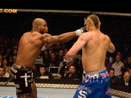 Q.Rampage (esq.) nocauteia C.Lidell (dir.) no UFC 71. Foto: Divulgação (UFC)