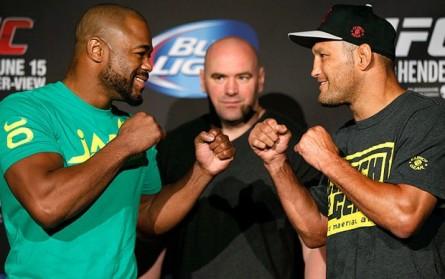 R. Evans (esq.) venceu D. Henderson (dir.) no UFC 161. Nenhum lutador foi pego no antidoping do evento. Foto: Josh Hedges/UFC