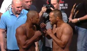 R. Evans (esq.) encara D. Henderson (dir.) no UFC 161. Foto: Reprodução/Youtube