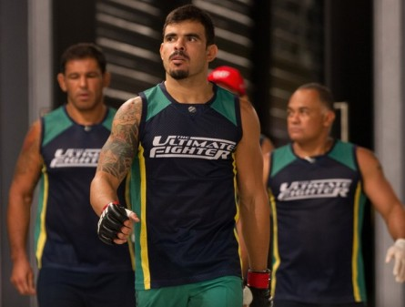 T. Jambo (centro) luta no WOCS 27. Foto: Divulgação/UFC